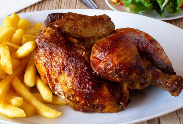 Halbes Poulet mit Rharbarber-Curry Dressing und US-Fries